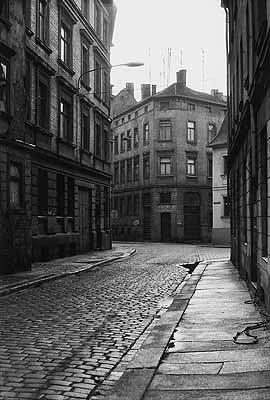 Helga Paris, o.T. aus: Häuser und Gesichter / Houses and Faces, Halle 1983-85, 24 x 18 cm, Silbergelatine Baryt © Helga Paris