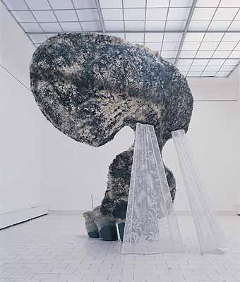 Lukás Rittstein, Dreaming One, 2003, Stahl, Laminat, Erde, PVC, Gardinenstoff, 400 x 400 x 450 cm, Courtesy of the artist