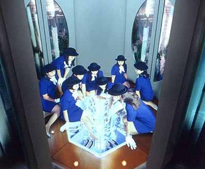 MIWA YANAGI, ELEVATOR GIRLS HOUSE 3F, 1998Photographie couleur, 180 x 213cm©Galerie Almine Rech, Paris