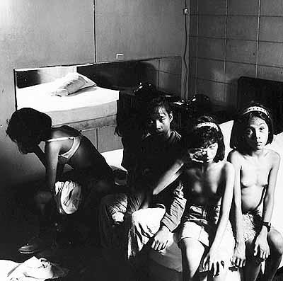 Alberto Venzago: Vollgepumpt mit Drogen warten Kinderprostituierte auf einen Freier, Manila