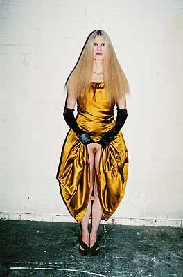 Juergen Teller Kristen lifting skirt, London 2005aus der Serie