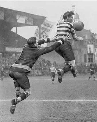 Martin MunkácsiTorwart und Spieler springen nach dem Ball.1928Ullstein Bild