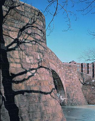 James Welling, Bridge in Fenway, 1988, photographie couleur, 110x90 cm, coll. Musée de La Roche-sur-Yon (© James Welling / photographie Jacques Boulissière).