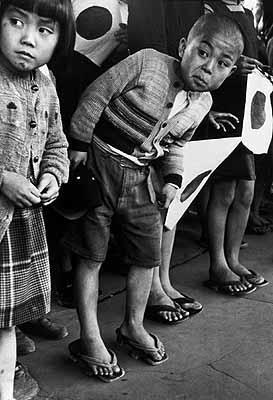 Ungeduldiges Warten auf den Kaiserlichen Zug, Japan 1951© WernerBischofEstate / Magnum Photos