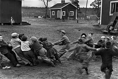 Seilziehen in der Landschule, Naarva, Finnland 1948© WernerBischofEstate / Magnum Photos