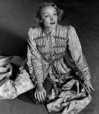 Lee Miller Marlene Dietrich, einen Mantel von Schiaparelli tragend, Paris, Frankreich, 1944 © Lee Miller Archives, England 2006. Alle Rechte vorbehalten.
