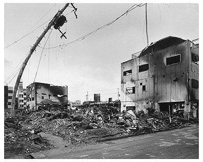 Ryuji MiyamotoKobe 1995 After the Earthquake, Nagata-ku, 1995Schwarzweiß-Fotografie (Gelatin Silver Print)50 x 60 cmMuseum für Moderne Kunst, Frankfurt am MainFoto: Axel Schneider, Frankfurt am Main