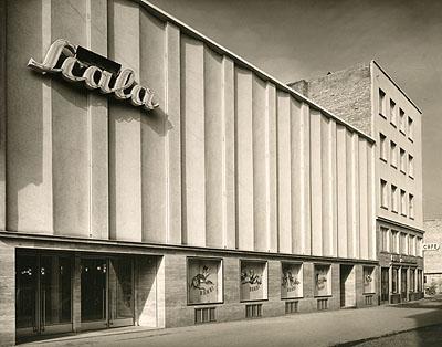 Kleine Scala mit Anschlussbau Café Zimmermann, 1951courtesy Archiv Wim Cox, Köln und Sabine Schmidt Galerie, Köln © Fotowerkstätte Hugo Schmölz, Archiv Wim Cox, Köln