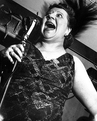 Lisette Model: Singer at the Café Metropole, New York City, um 1946 / Abzug 1977 aus dem Portfolio