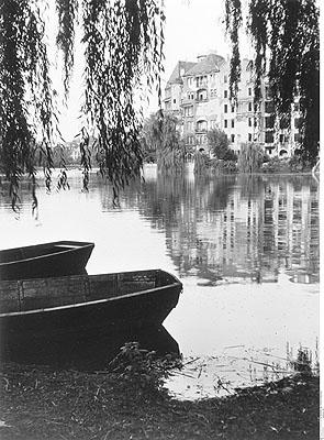 Barques au bord du Lietzensee. Berlin-Charlottenburg, 1946 © Bildarchiv Preußischer Kulturbesitz Berlin
