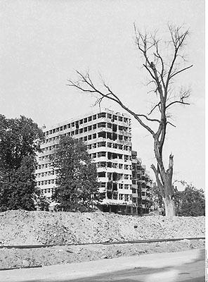 La ruine de guerre du bâtiment de la Shell au bord du Landwehrkanal. Berlin, 1946 © Bildarchiv Preußischer Kulturbesitz Berlin