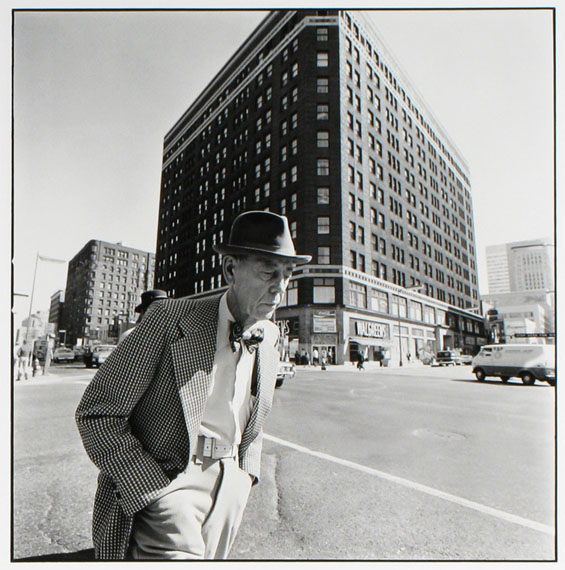 Man with a bow tie, 6th J Hennepin, Minneapolis, Minnesota, 1975 © Tom Arndt/Courtesy Les Douches La Galerie