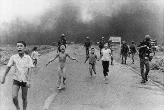 Trang Bang/Südvietnam, 1972. Das Bild von Huynh Cong Ut, das die Welt erschütterte: Die kleine Phan Thi Kim Phuc flüchtet nackt und vom Napalm verbrannt aus ihrem brennenden Dorf nach dem Napalmangriff der südvietnamesischen Soldaten. Bildrechte: WDR / © AKG/AP/Huynh Cong Ut