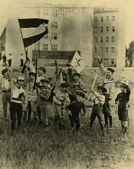 Willy Römer: Kriegsbegeisterte Jugend beim Kriegsspiel, Berlin, Tempelhofer Feld, August 1914Silbergelatinepapier. © bbk / Kunstbibliothek, SMB, Photothek Willy Römer