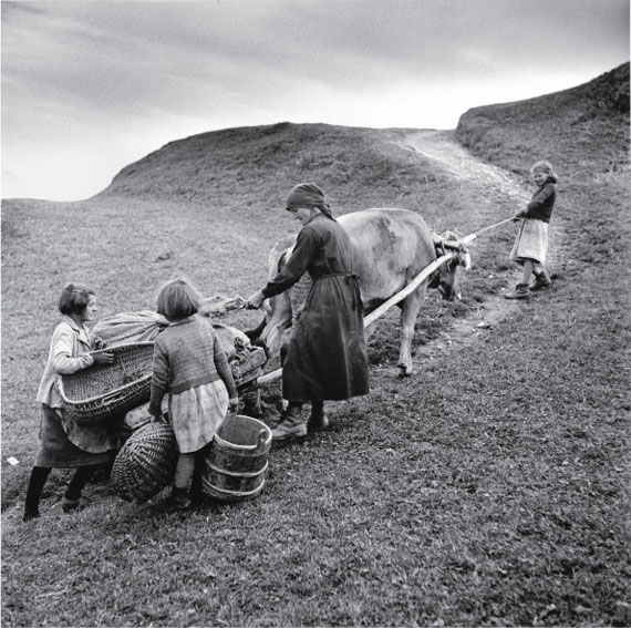 Theo Frey, Transporting potatoes in Obersaxen, 1948© Fotostiftung Schweiz (Swiss Foundation of Photography)