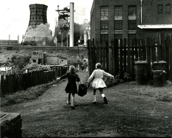 Duisburg-Hamborn, vor August Thyssenhütte, 1959 © Rudolf Holtappel