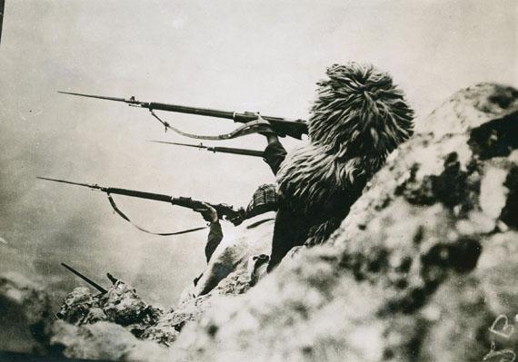 Photographe anonymeTirage argentique d'époque. 191213x17,5cmSoldats Monténégrins sur les montagnes à Tarabosh tirant sur Scutari.