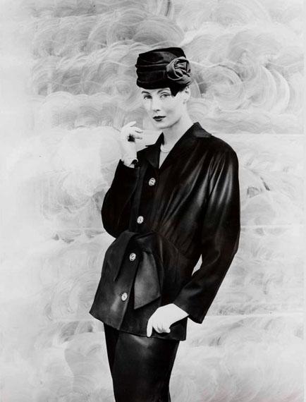 "Velourskostüm ""Modell Marquisa"", Jacke mit großer Taillenschleife, 1957Foto: Regina Relang © Regina Relang-Archiv, Münchener Stadtmuseum / Slg. Fotografie"