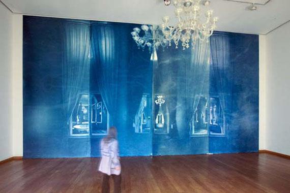 """Ute Lindner: aus der Serie """"Pentimenti"""", Cyanotypie auf Molton, 640 x 1160 cm, Löwenpalais, Berlin 2012"""