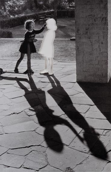 Hans-Peter Feldmann: Zwei Mädchen mit Schatten © Hans-Peter Feldmann / Courtesy Mehdi Chouakri, Berlin