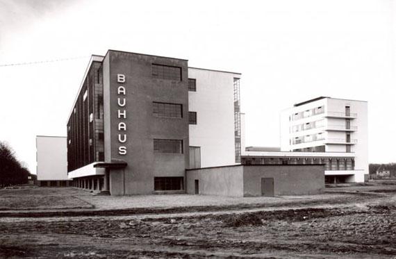 Lucia Moholy, Bauhaus Dessau: Werkstattgebäude von Südwesten, um 1926 © Lucia Moholy, Bauhaus-Archiv Berlin