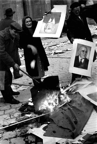 Erich LessingAufständische verbrennen Porträts des Kommunistenführers Mátyás Rákosi, Budapest Oktober 1956© Erich Lessing