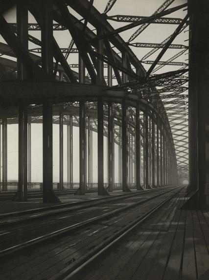 August Sander: Hohenzollernbrücke, Cologne, 1927© Rheinisches Bildarchiv Köln, 2017