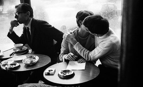 Les amoureux de Paris - Café de Flore, 1960© Léon Herschtritt / LA COLLECTION, service presse Courtesy Galerie Esther Woerdehoff