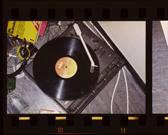 Arwed Messmer: Stammheim # 12, 1977/2016 [Plattenspieler von Gudrun Ensslin] aus: RAF – NO EVIDENCE / KEIN BEWEIS© Arwed Messmer, unter Verwendung einer Fotografie des Landesarchiv Baden-Württemberg