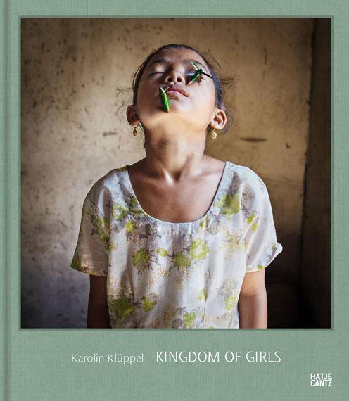 """Karolin Klüppel""""Mädchenland""""Deutsch, EnglischHardcover, 92 Seiten, 38 Abb.23,2 x 27 cmISBN 978-3-7757-4206-1Hatje Cantz Verlag€ 34"""