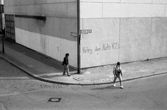 Seiichi FuruyaBerlin-West 1985 (Lewis Baltz und Michael Schmidt), 1985Silbergelatine, 201640.6 x 50.5 cm, 31.4 x 46.8 cm© Seiichi Furuya, Graz, 2016, Courtesy Galerie Thomas Fischer, Berlin