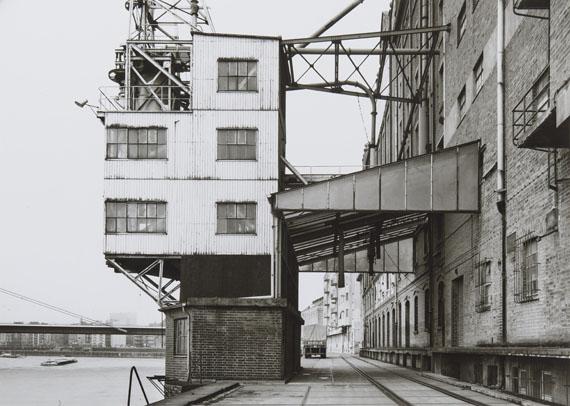 """Tata Ronkholz: """"Rheinseitige Verladeanlage des Rhenus-Silo"""" (T 1.4), 1979Silbergelatineabzug auf Agfa-Papier, 25,5 x 35,8 cm"""