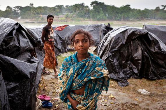 Frank Schultze: Shyamnagar/ Bangladesh, 2011Klimaflüchtlinge in einem Lager in der Nähe von Shyamnagar. Die Ärmsten der Armen leben in mit Plastikplanen überdecktenHütten © Frank Schultze / Zeitenspiegel