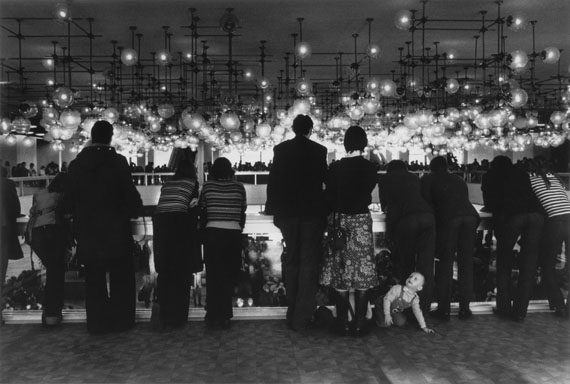 SIBYLLE BERGEMANN (1941-2010)Berlin, Palast der Repubiik, 1987gelatin silver print© Nachlass Sibylle Bergemann; Ostkreuz / Courtesy Kicken Berlin and Loock Galerie