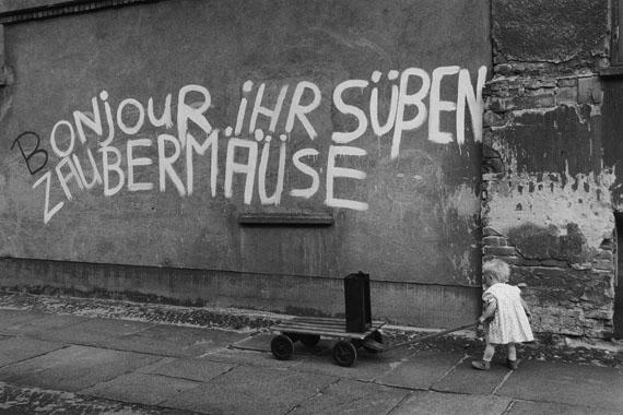 Sibylle Bergemann: Bonjour ihr süßen Zaubermäuse, Adalbertstraße, Berlin, 1990© Nachlass Sibylle Bergemann; Ostkreuz / Courtesy Kicken Berlin and Loock Galerie