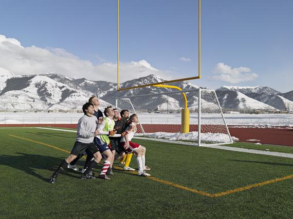 "Lucas Foglia: Soccer Practice, Star Valley Braves, Afton, Wyoming, 2010, aus der Serie ""Frontcountry"" © Lucas Foglia"