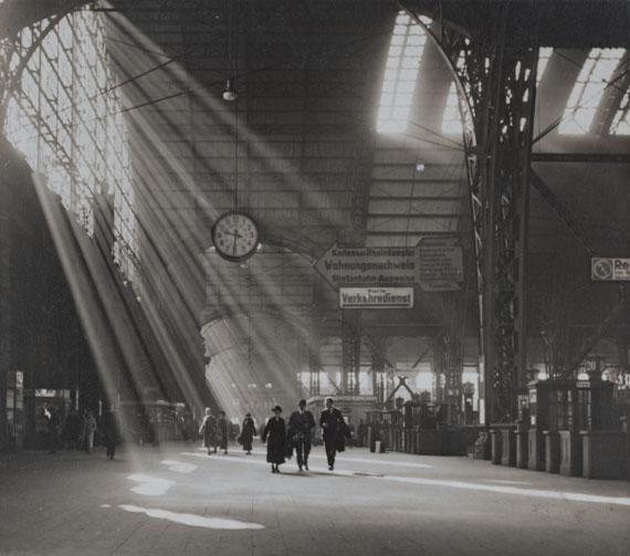 Fritz Eschen: Sonnenstrahlen im Hauptbahnhof Frankfurt a.M., vor 1945 © Berlinische Galerie