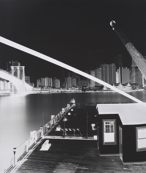 Vera Lutter (german *1960)The Bridge, Fulton Ferry Landing, Brooklyn: June 23, 1996. 1996Silbergelatineabzug, auf Leinwand aufgezogen. Unikat. 125 × 106 cm (49 1/4 × 41 3/4 in.). Gerahmt. Rahmenmaß: 129 x 110 cm.EUR 12.000–18.000