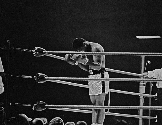Thomas Hoepker: Ali praying in the ring, London, 1966, Archival Pigment Print, 60 x 90 cm, Edition 20
