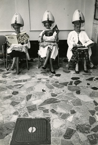 At the Hair Salon / Frauen unter Trockenhauben im Friseursalon, um 1967Stefan Moses© Elsa Bechteler-Moses