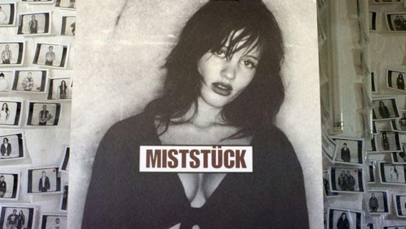 """Mit seiner legendären """"Miststück""""-Plakatserie für den Musiksender MTV gelang Daniel Josefsohn 1994 ein Generationenporträt, das sich tief ins öffentliche Gedächtnis einprägte. © rbb"""