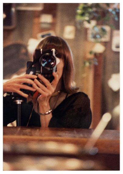 Anne Collier, aus der Serie Women With Cameras (Self Portrait), 2017© Anne Collier; Courtesy of the artist; Anton Kern Gallery, New York; Galerie Neu, Berlinand The Modern Institute/Toby Webster Ltd., Glasgow