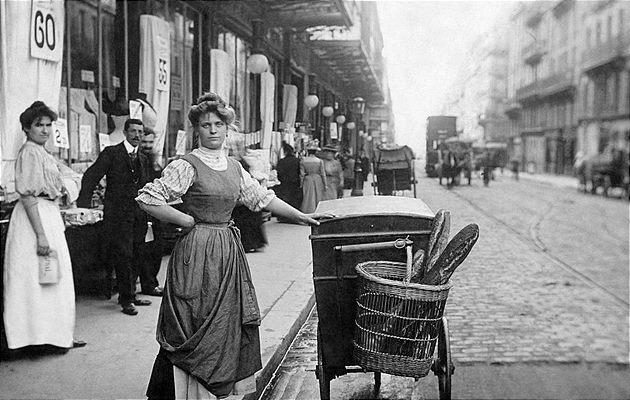 © Werner Bokelberg Eine Brotverkäuferin in Paris, 1905