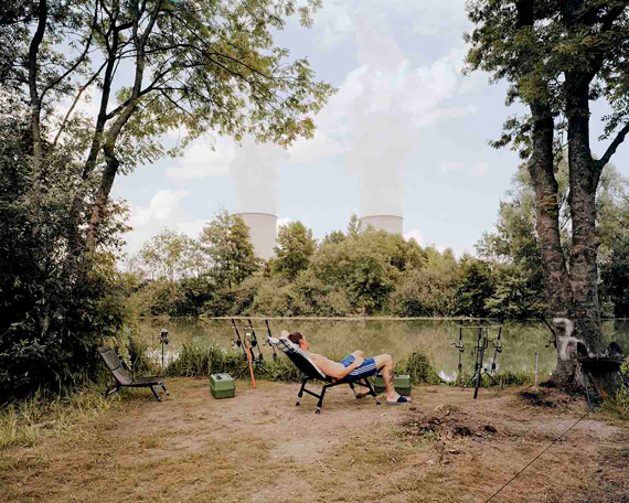 "Jürgen Nefzger: aus der Serie ""Fluffy Clouds: Nogent-sur-Seine, Frankreich"", 2003C-Print, Aludibond, Courtesy Galerie Françoise Paviot, Paris © Jürgen Nefzger"