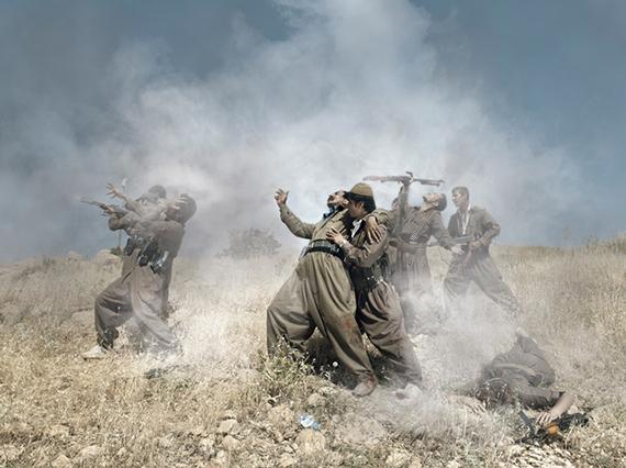 Théâtre de guerre, Photographie avec un groupe de guérilla kurde, 2012 © Emeric Lhuisset – Résidence BMW