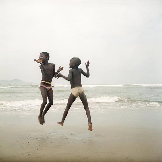 Denis Dailleux: Deux sœurs sur une plage d'Apam, Ghana. 2012. C-Print, 80 x 80 cm, mounted, framed, Ed. 8