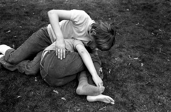 Vancouver, British Columbia, Canada: young teenagers wrestle in the grass at a park, 1975Tirage vintage signé, 15,5 x 22,5 cm© Stephen Shames, Courtesy Galerie Esther Woerdehoff