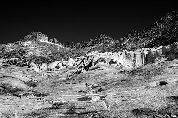 """Aus der Serie """"Eagle Wings"""": Cristo wasnt here, Rhône Glacier, 2016 © Nomi Baumgartl"""