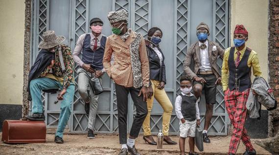 Bukavu, DRC, August 2020. Bukavu's fashionistas show off their style on a street © Raissa Karama Rwizibuka for Fondation Carmignac;