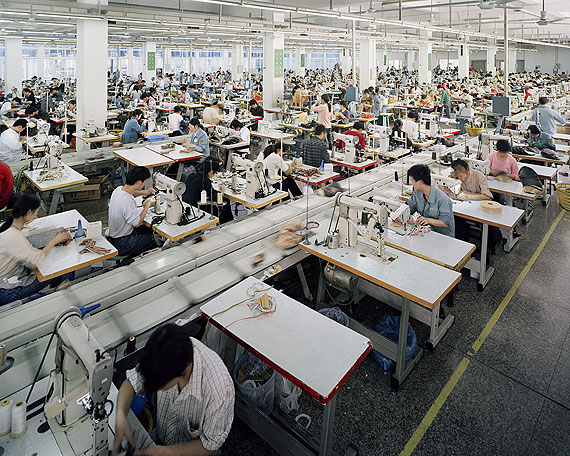 Edward Burtynsky:Manufacturing #6a & #6b, Hongqingting Shoe Factory Wenzhou, Zhejiang, China (Diptychon), 2004 Courtesy Galerie Stefan Röpke, Köln© Edward Burtynsky